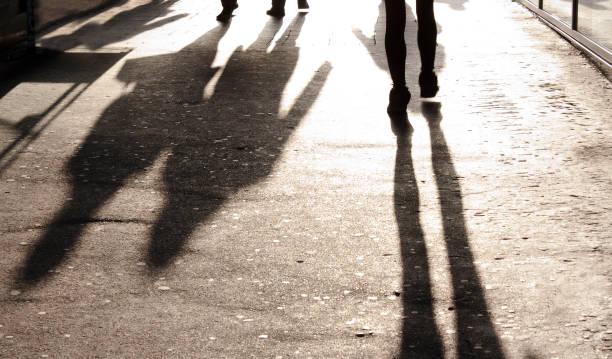 ぼやけた影と都会のシルエット - 背景に人 ストックフォトと画像