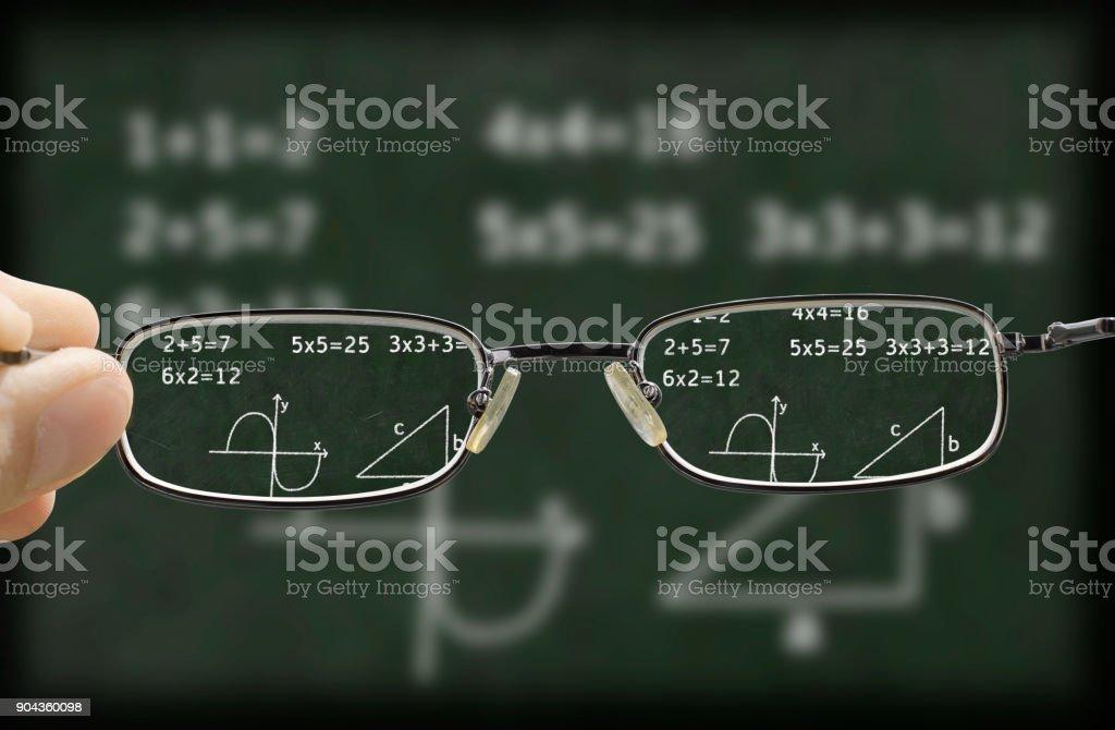 verschwommenes sehen eine Tafel, die durch die Brille korrigiert – Foto