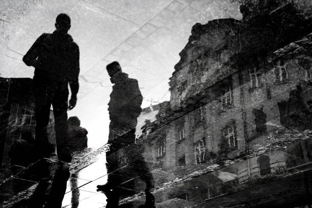 都市通りの反射を歩いてぼやけて若い男性 ストックフォト