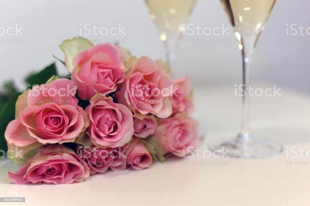Bouquet rosa Blush rosado y dos copas de champagne - foto de stock