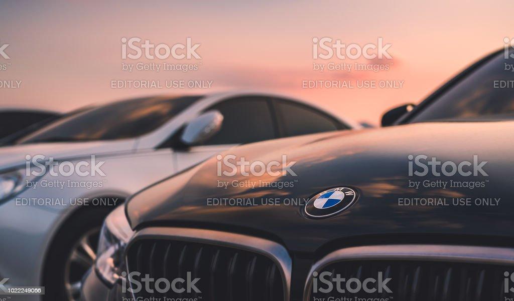 BMW araba günbatımı gökyüzü üzerinde. stok fotoğrafı