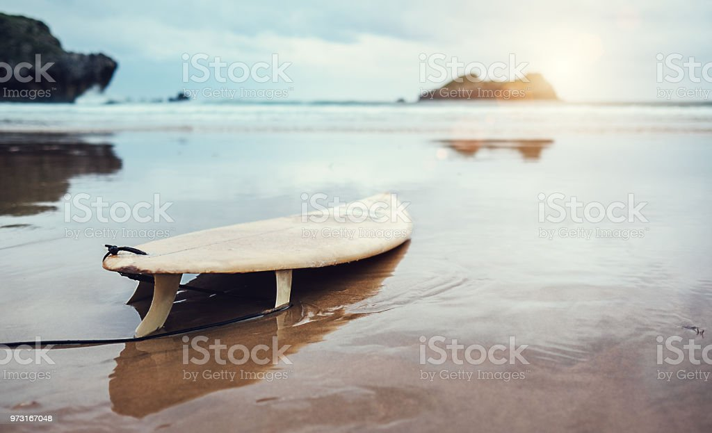Board zum Surfen am verlassenen Ocean beach – Foto