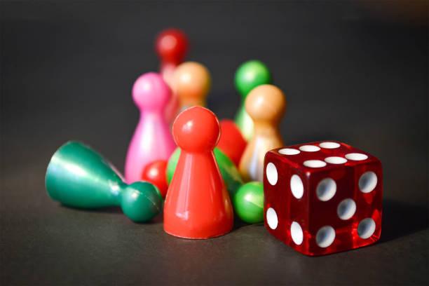 Brettspiel-Figuren und Würfel – Foto