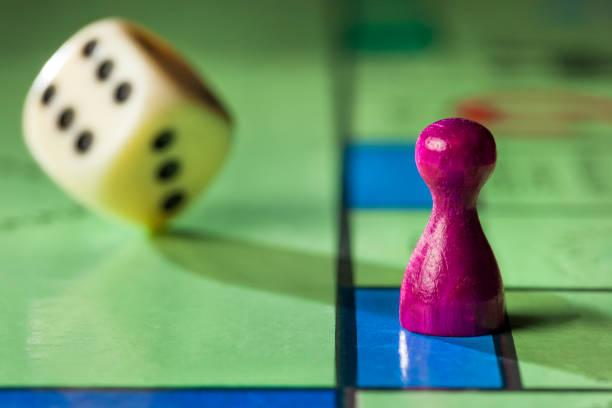 Bordspel met pion en rollende dobbelstenen foto