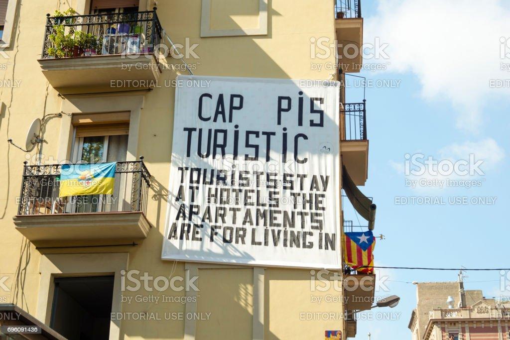 Tablero colgado de un balcón hecho por vecinos de la campana de la Barceloneta en Barcelona, quejándose de apartamentos y overpopulating de turismo en Barcelona - foto de stock