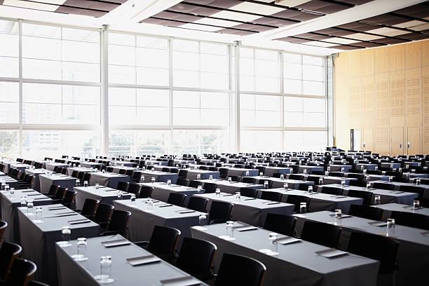 ボードルームは、ビジネスミーティングの準備 - 芸能・娯楽施設 ストックフォトと画像