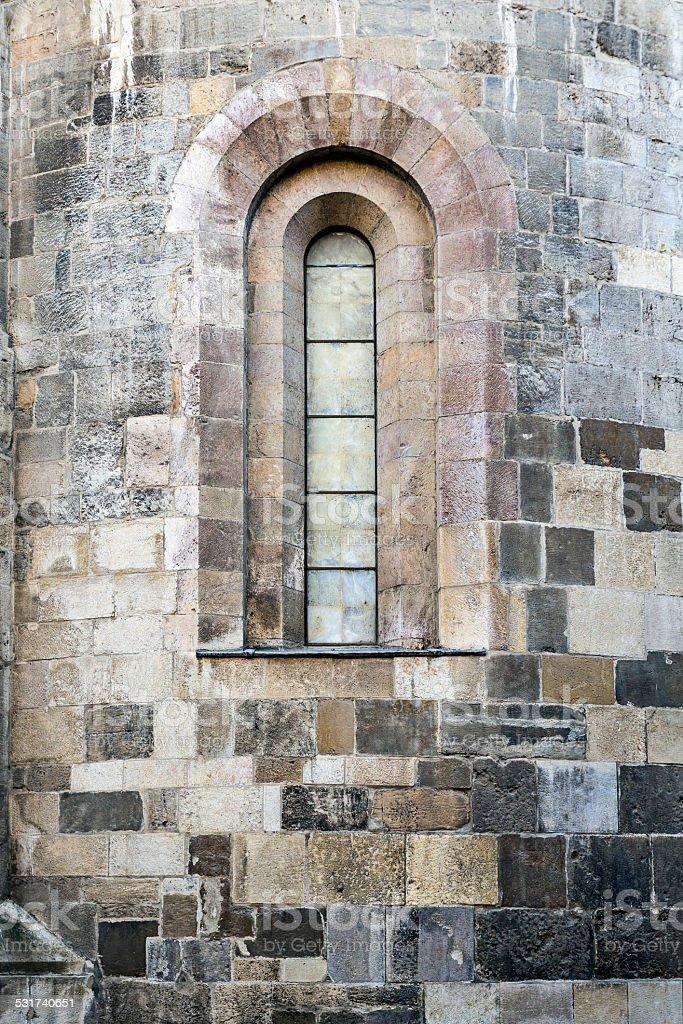 Abordado en una ventana de catedral - foto de stock