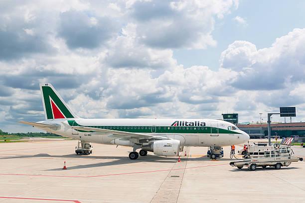 Embarque da Alitalia avião a jato no Aeroporto de Bolonha. - foto de acervo