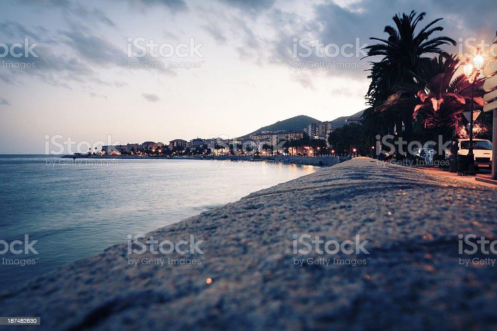 Paseo a lo largo de la playa en ajaccio, córcega - foto de stock