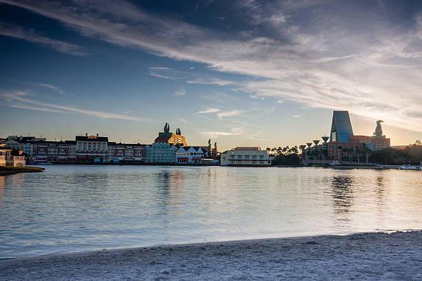 boardwalk, disney-bereich mit swan and dolphin hotel - modernes disney stock-fotos und bilder