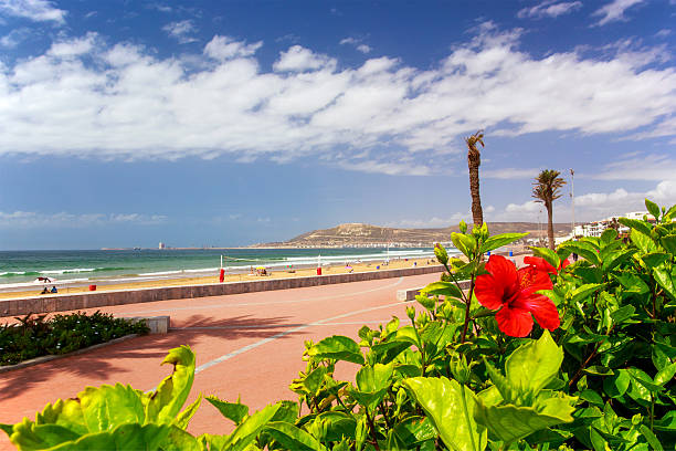Paseo a lo largo de la playa de Agadir, Marruecos - foto de stock