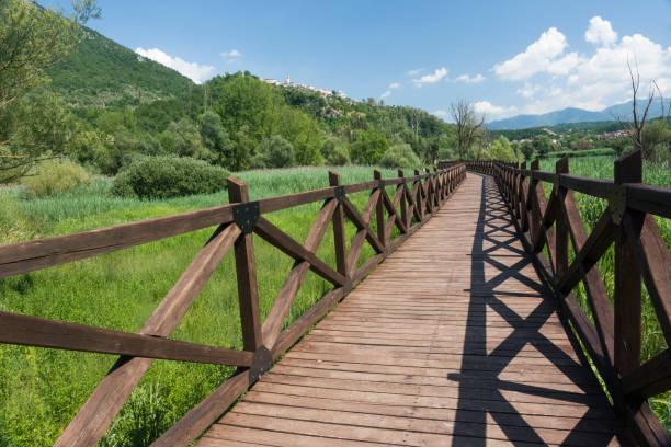 Paseo lago swampy en Abruzzo, Italia - foto de stock