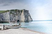Barque de pêcheur sur la plage d'Etretat en Normandie, France