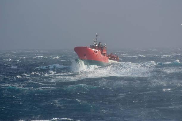 Bateau dans la mer dans une tempête - Photo