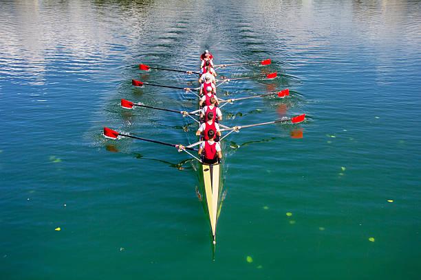 bateau huit rameurs d'aviron avec barreur - équipe sportive photos et images de collection