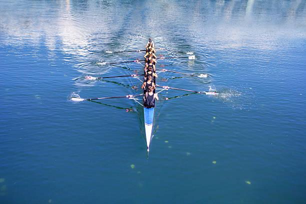 bateau en pointe avec barreur avec huit rameurs - équipe sportive photos et images de collection