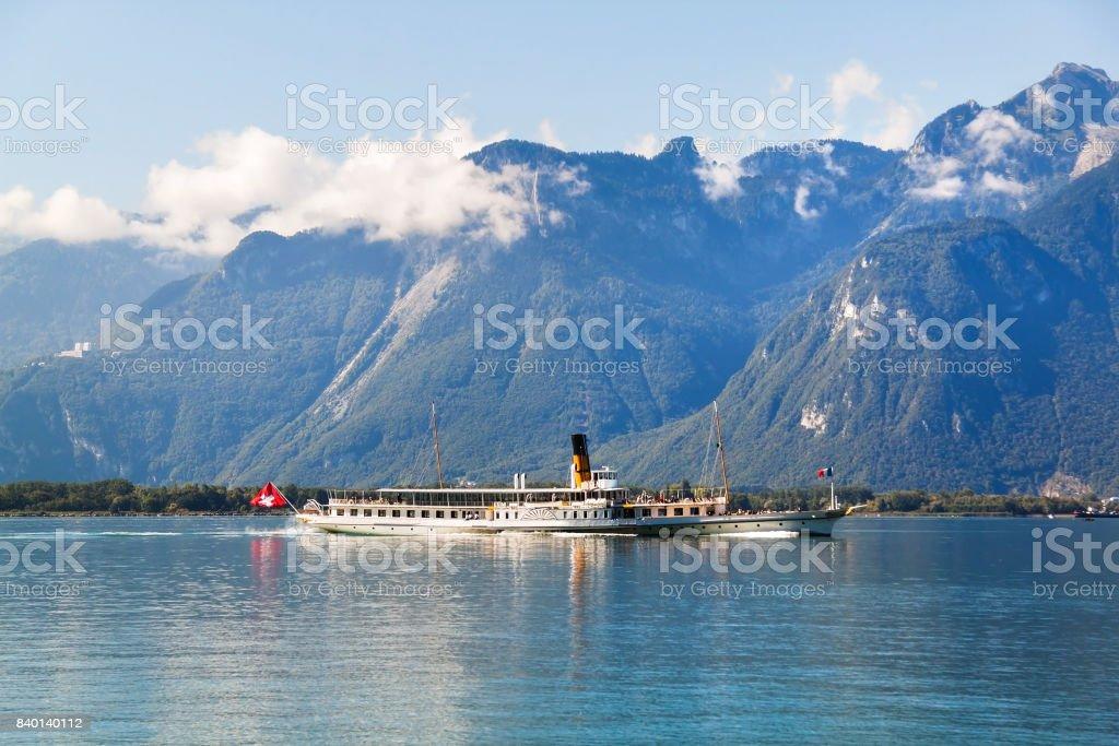 Un bateau flottant dans le lac Léman en Suisse - Photo