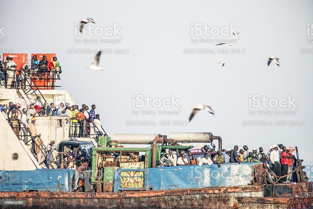 Boot voller Menschen. – Foto
