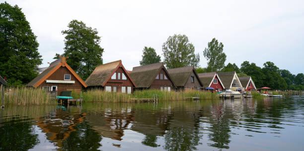 boot häuser  - nationalpark müritz stock-fotos und bilder