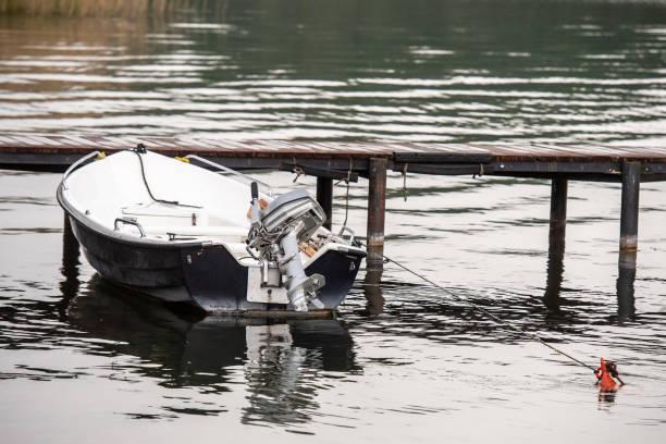 Boot an der Anlegestelle festgemacht – Foto