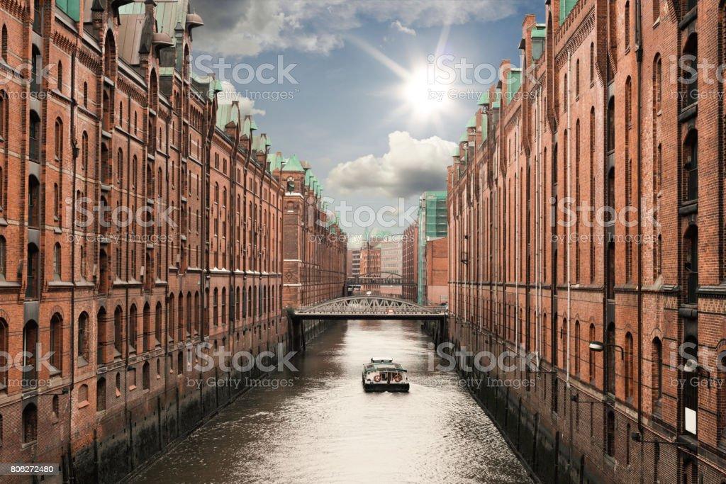 Boot auf einem Kanal in der alten Speicherstadt Speicherstadt in Hamburg, Deutschland unter sonnigen blauen Himmel – Foto