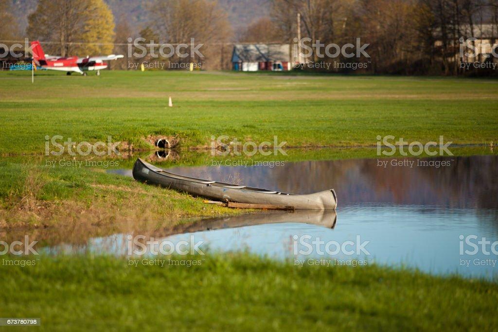 bir gölde tekne royalty-free stock photo