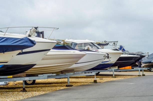 Barco no carrinho na margem, close-up por parte do iate, navio de luxo, manutenção e barco de lugar de estacionamento, - foto de acervo