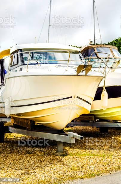 Foto de Barco Em Stand Na Costa Perto Acima Por Parte Do Iate Navio De Luxo Estacionamento E Manutenção Colocam Barco e mais fotos de stock de Barco a Motor