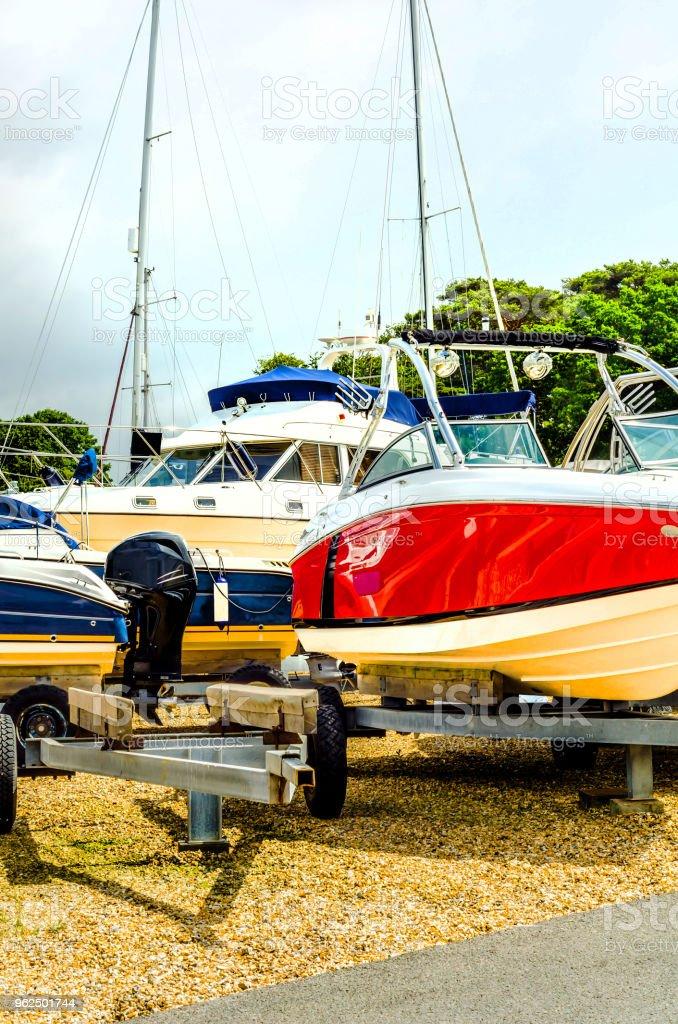 Barco em stand na costa, perto acima por parte do iate, navio de luxo, estacionamento e manutenção colocam barco - Foto de stock de Barco a Motor royalty-free
