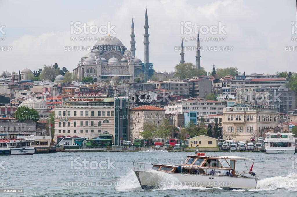 Boat on the Bosphorus and Suleymaniye Camii - foto de stock