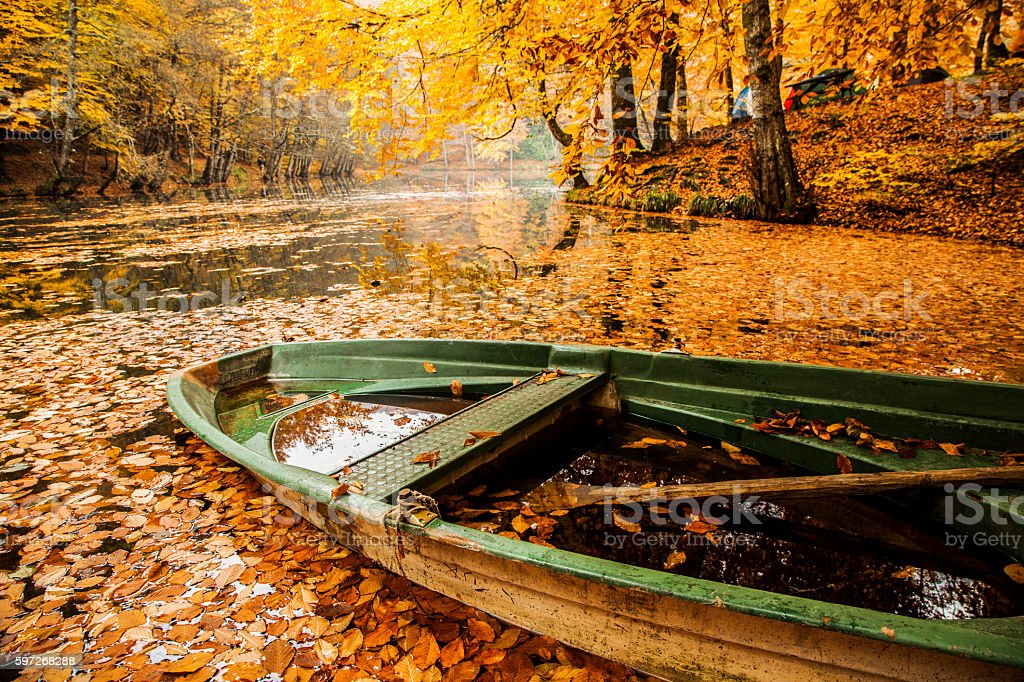 boat on the lake in autumn Lizenzfreies stock-foto