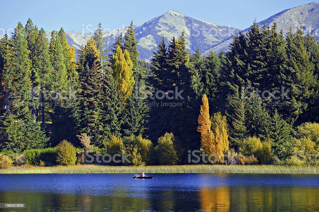 Barco en el lago - foto de stock