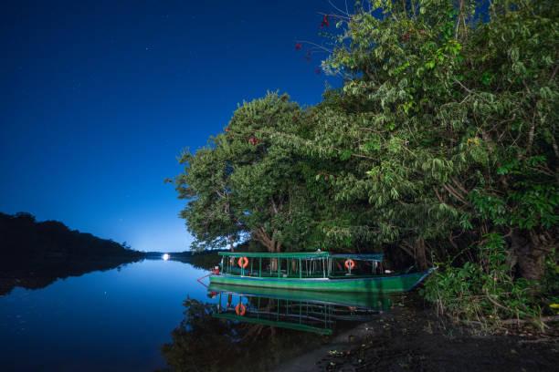 Boot auf dem Nebenfluss des Rio Negro in der Nacht – Foto
