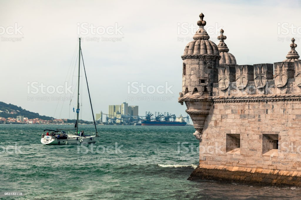 Båten passerar nära Torre de Belem - Royaltyfri Arkitektur Bildbanksbilder
