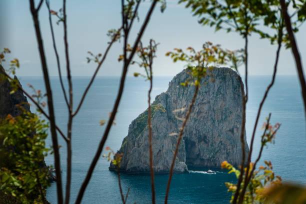 Boot auf der Durchreise Capri Faraglioni – Foto
