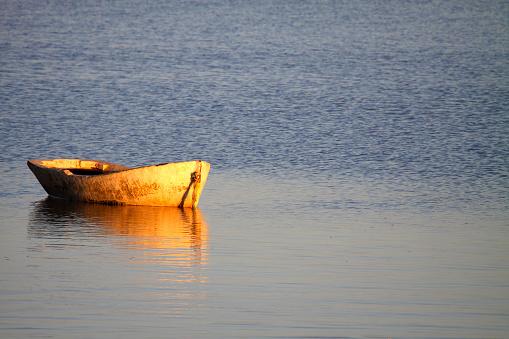 barca al amanecer