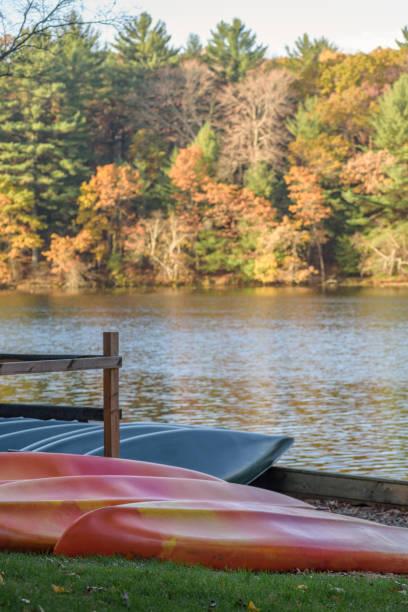 location de bateaux le long du lac miroir dans le wisconsin - lac mirror lake photos et images de collection