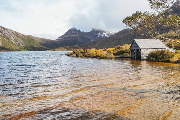Ein Boot in Dove Lake Circuit des Cradle Mountain National Park zu vergießen. (Tasmanien, Australien) – Foto