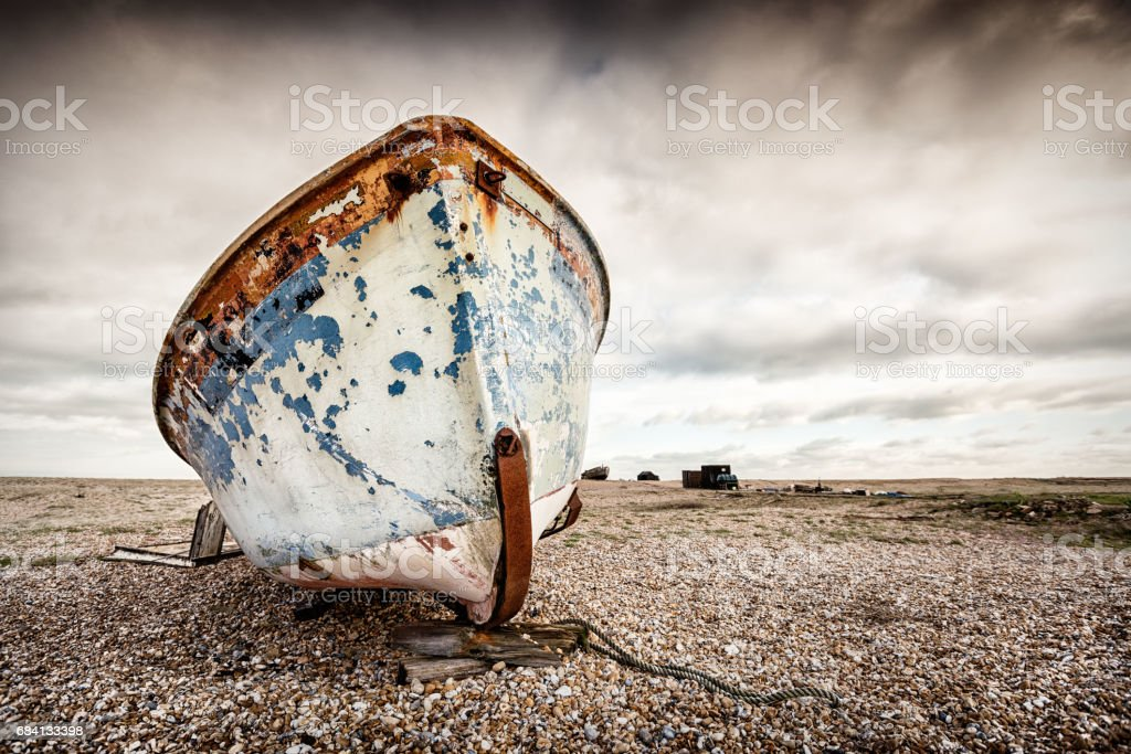 Boat stranded on pebbled beach. Dungeness, England foto stock royalty-free