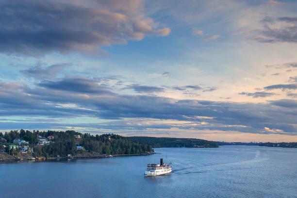 boottocht in de archipel van stockholm - rondvaartboot stockfoto's en -beelden