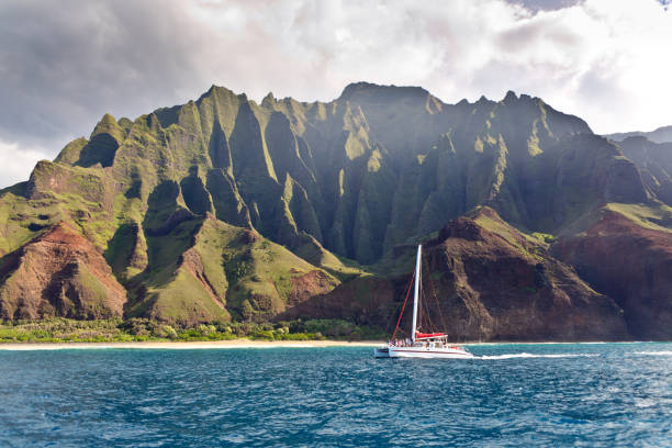 båttur på natursköna landskap na pali kusten av kauai, hawaii - katamaran bildbanksfoton och bilder