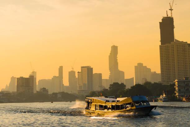 Schiffverkehr am Abend – Foto