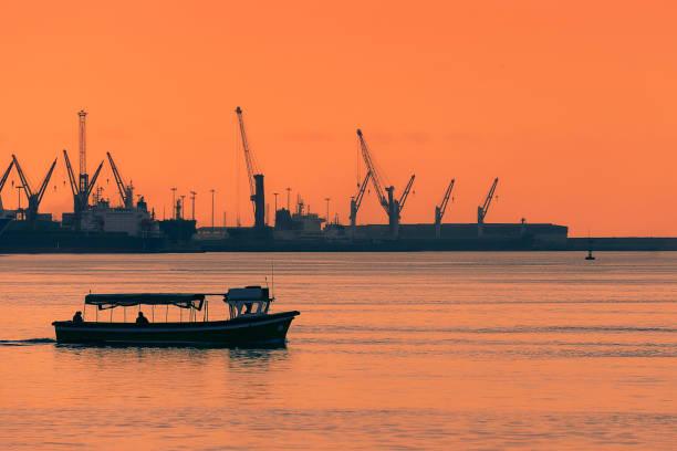 barco de transporte de personas al atardecer entre Getxo y Portugalete - foto de stock