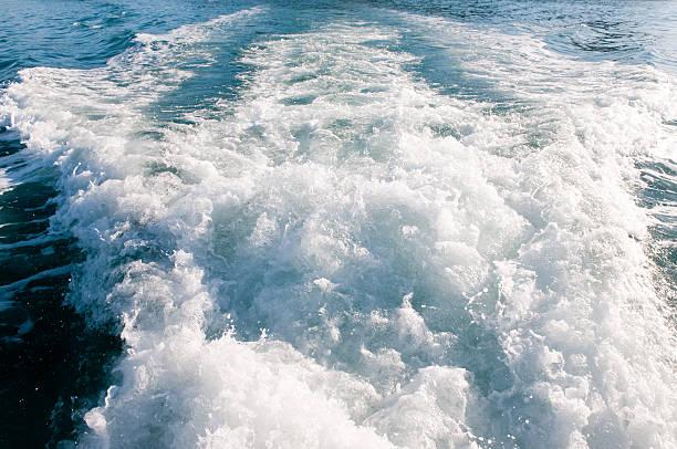 boot wake von fischereischiff - mark tantrum stock-fotos und bilder