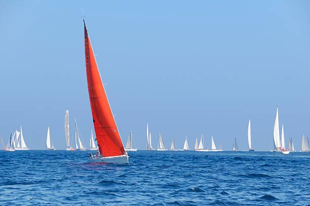 Boot mit red sail während der sailin Wettbewerb – Foto