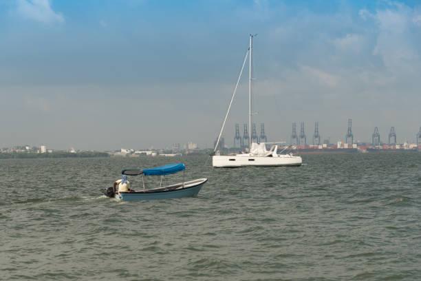 Boot mit Fischer unter Katamarane verankert in der Bucht von Cartagena. Kolumbien. – Foto