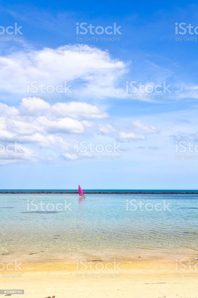 Boat with pink sail in the sea foto royalty-free