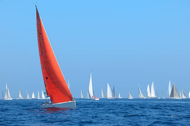 boot mit red sail - regatta stock-fotos und bilder