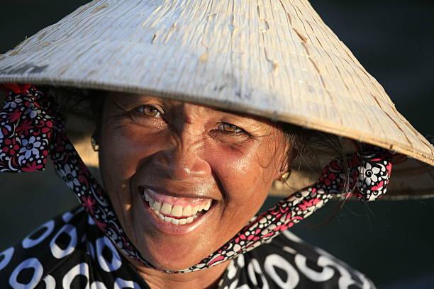 Boot Frau mit palm leaf conical hat, Can Tho, Vietnam. – Foto