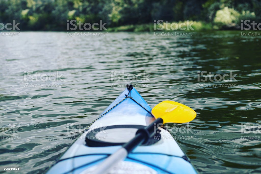 カヤックのボート。川のほとりにキャンプ。 ストックフォト
